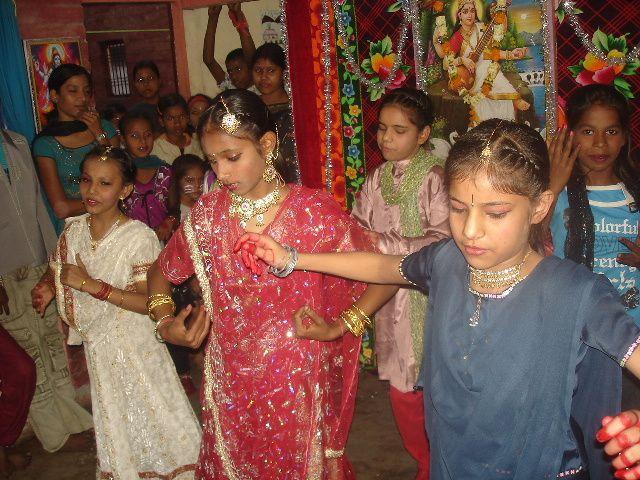 Spectacle Sarasvati Puja : Photo 1. Danse de Taha et Janvi - Photo 2. Dans la salle - Photo 3. Kal Ho Naa Ho.