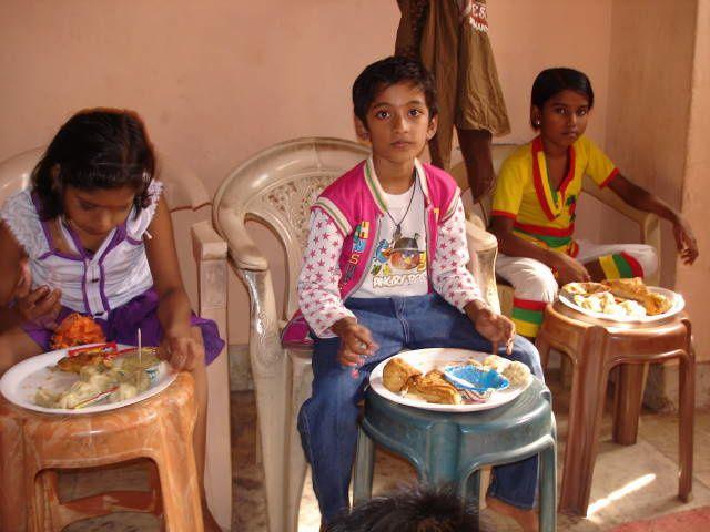 Repas avec les plus petits : Chinki, Mohit et Kajal.