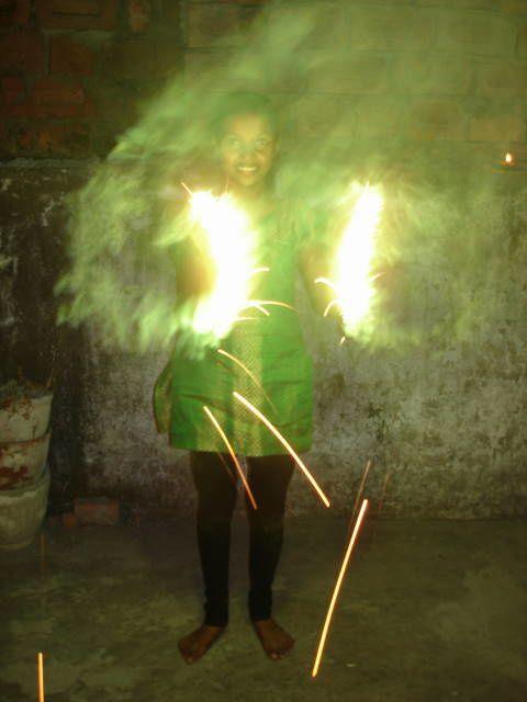 Diwali : Kantchan fait bruler des phulgaris.
