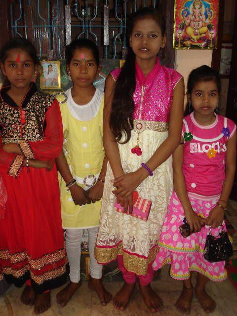 Holi – Nouveaux vêtements : Sueta, Shivani, Renu et Muskan.