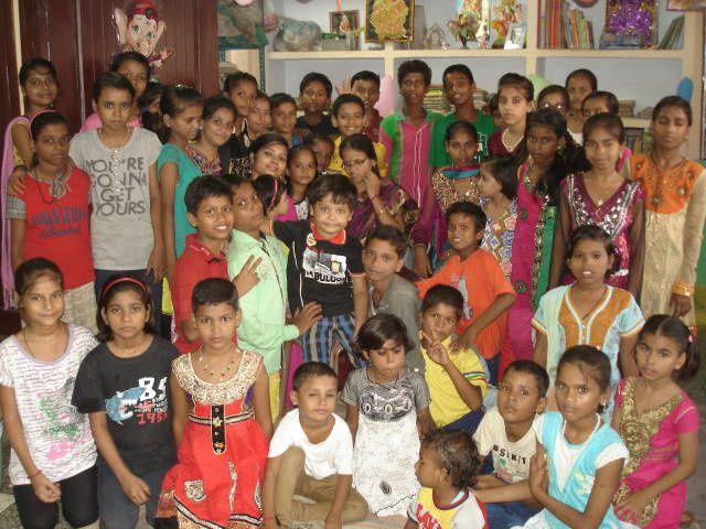Les enfants de notre maison de quartier - Photo du haut : avec nos enseignantes, Sumita, Niva et Jyoti - Photo du bas : avec Bonishree.