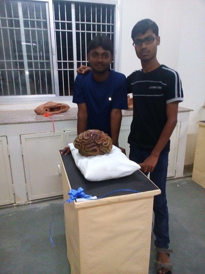 Vivek et un ami à l'université.