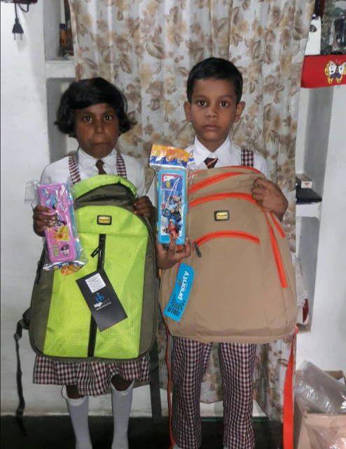 Priya et Aditya avec leur nouveau cartable et leur nouvelle trousse.