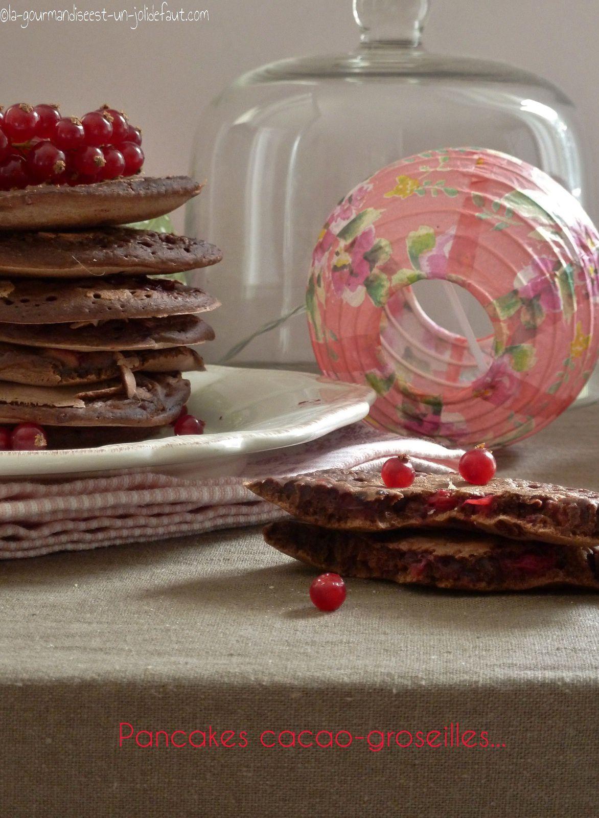Pancakes au cacao et groseilles