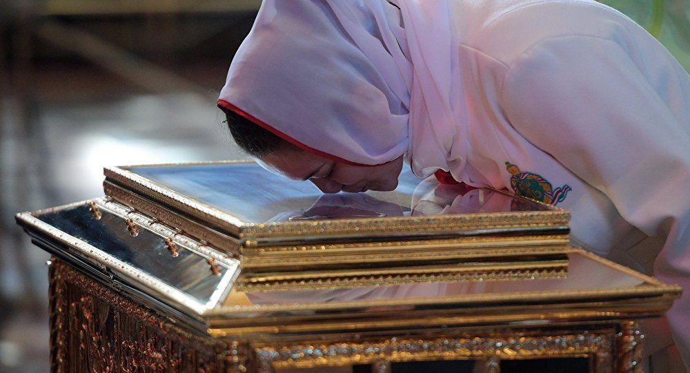 Se prosterner devant les reliques du Saint. Le patriarche Kirill accueille les reliques.