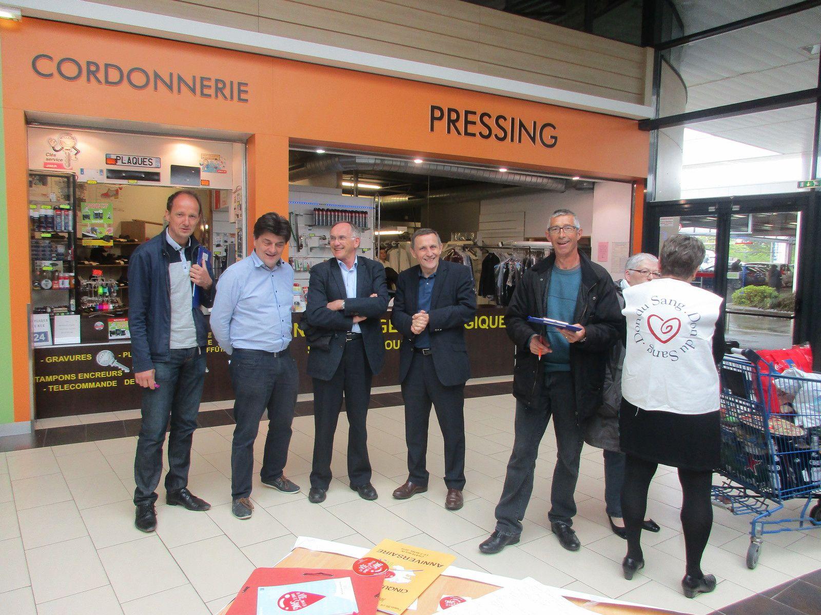 Amicalistes et Rotariens, ont reçu les visites de Mr le Pr FEREC, Mrs Claude FONS et René VIGOUROUX, du Directeur du magasin LECLERC et de Mr CAP, maire.