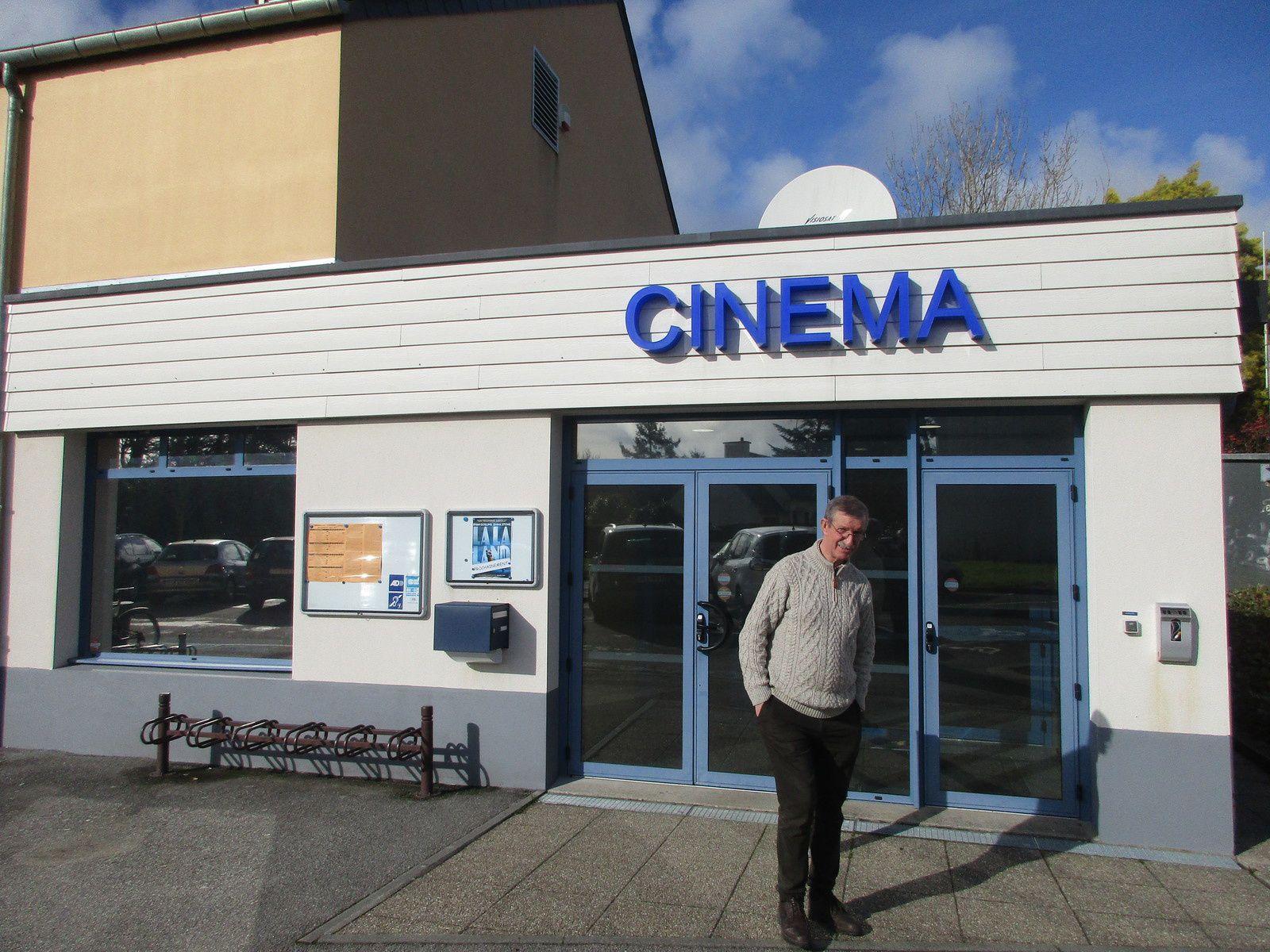 L'entrée du cinéma, le hall et la caisse, puis les coulisses de projection des films