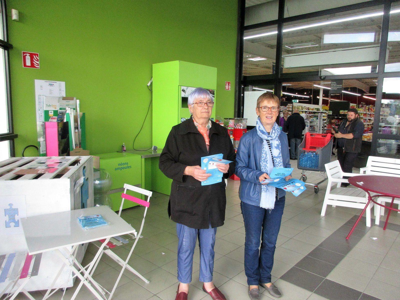 Albertine à gauche sur la photo et Jeannine à droite, posent pour la photo en attendant les clients du magasin