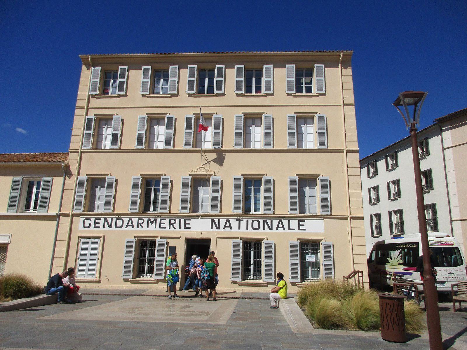 La célèbre gendarmerie, les panneaux affiches et banderoles annonçant la collecte, une photo sur la ville et la baie vues de la citadelle et des cartes postales.
