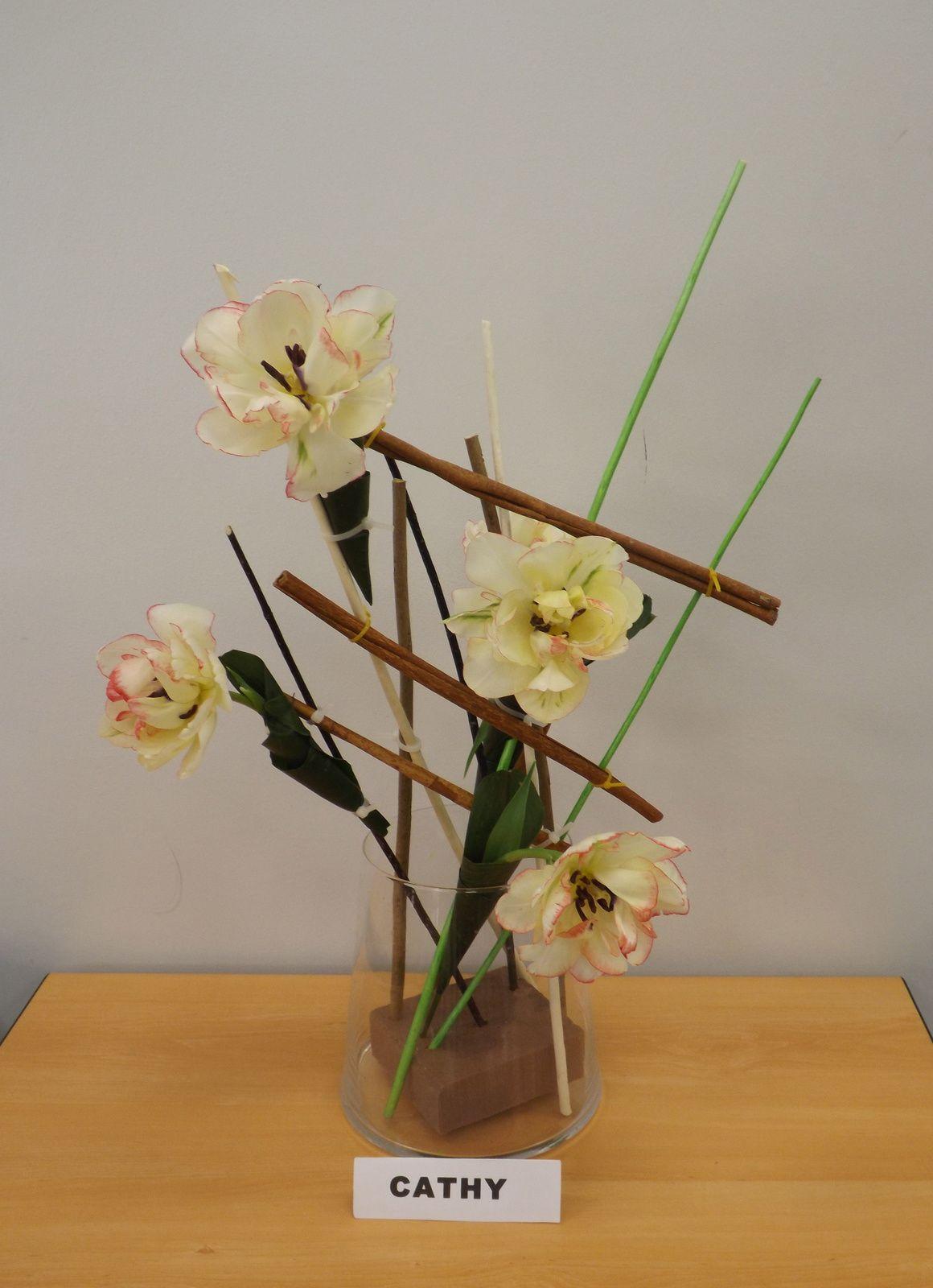 Cours réalisé avec différentes sortes de bois, de la cannelle, des tulipes et des tubes a orchidées entouré d'aspidistra.