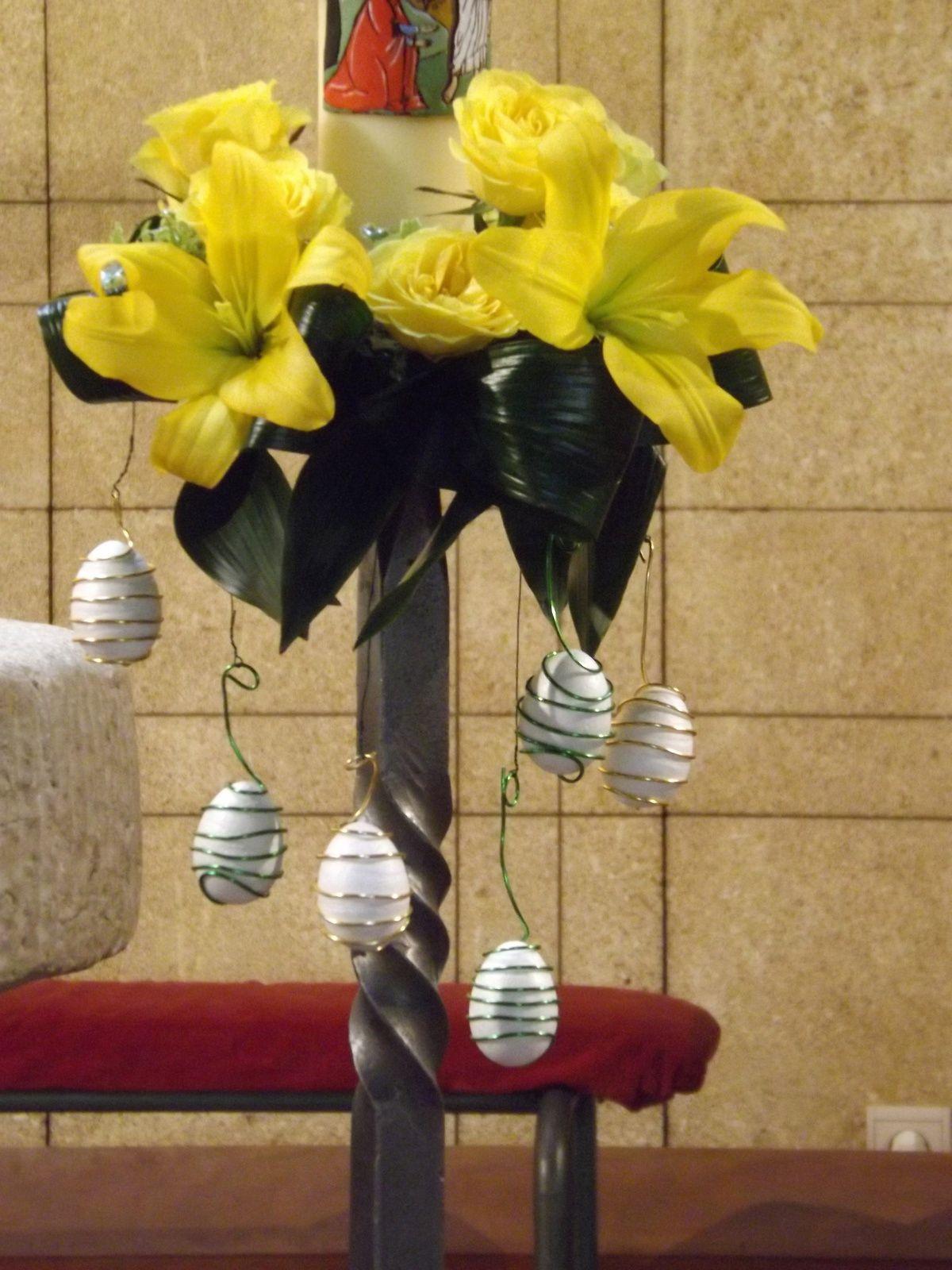 Lys jaune, germini jaune et orangé, roses, chamerops, aspidistra, pittosporum, oeufs en polystyrène recouvert de differents feuillages