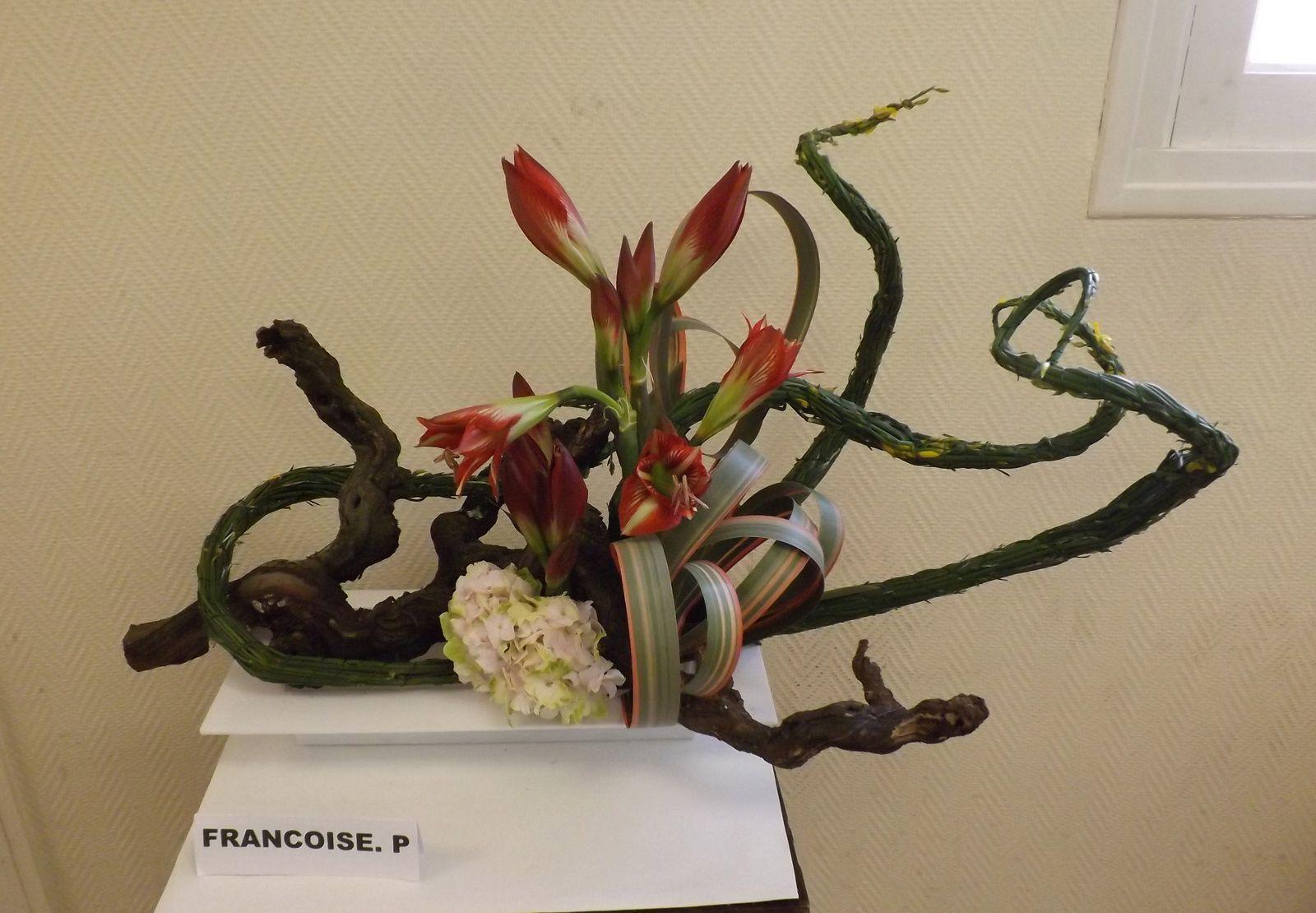 Réalisé avec du genêt, un cep de vigne, roses ou amaryllis, phormium, hortensia