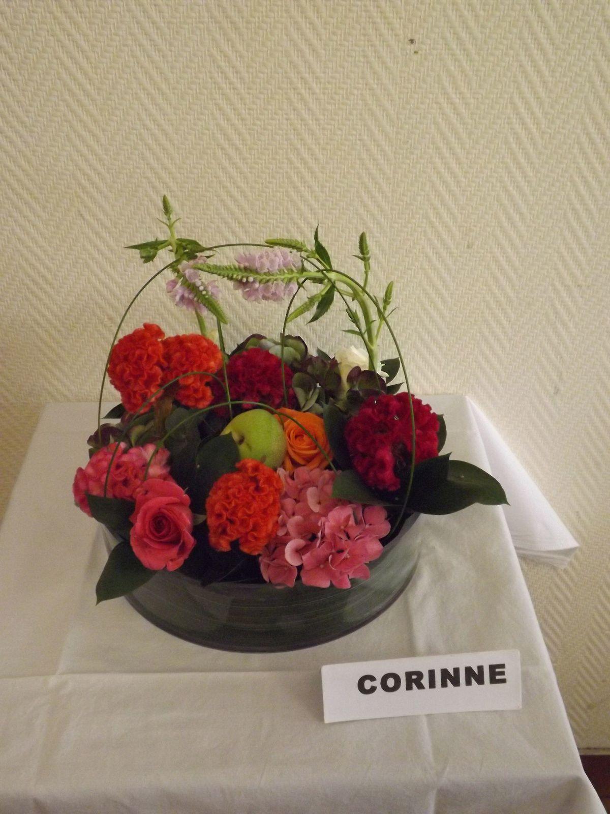 Fleurs: Celosie, roses, véronique, hortensia. feuillages: Flexi grass, eucalyptus, ruscus, aspidistra, pommes ramassées en Lorraine.