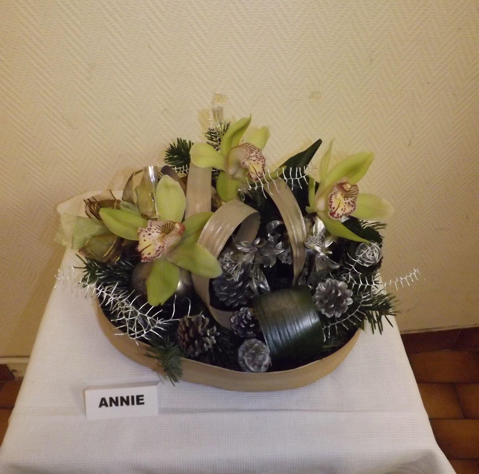 Pandanus seché, aspidistra, cordyline rouge, sapin, cymbidium ( orchidées ) boules de noël.