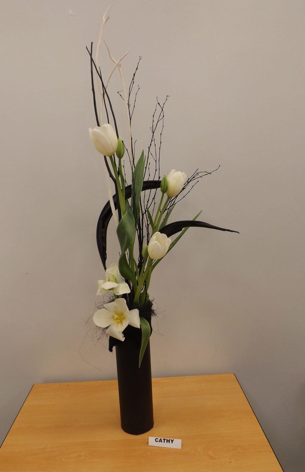 Feuilles de Strelitzia séchées et teintées noire, Mitsumata blanc et noir, bouleau, Tulipes ou Amaryllis