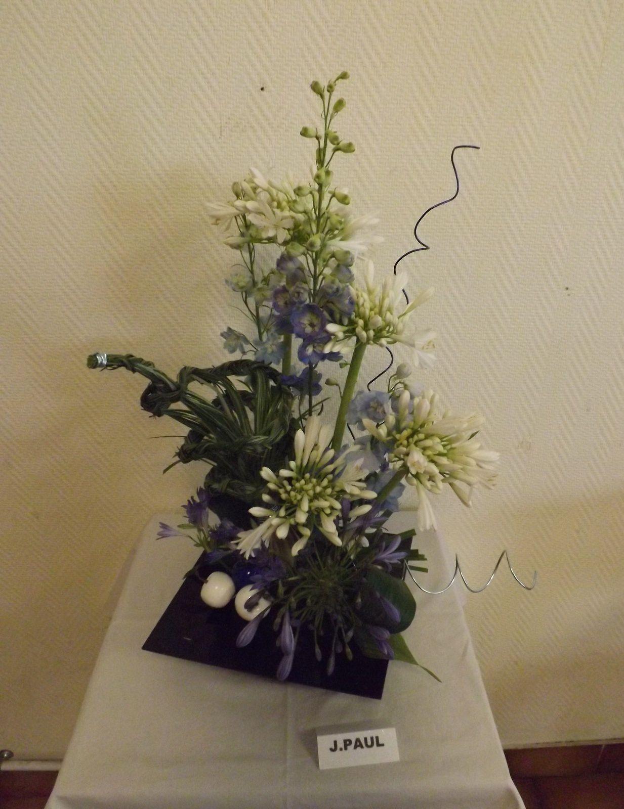 Agapantes bleues et blanches, Delphinium, Bear-grass, Aspidistra, Papyrus