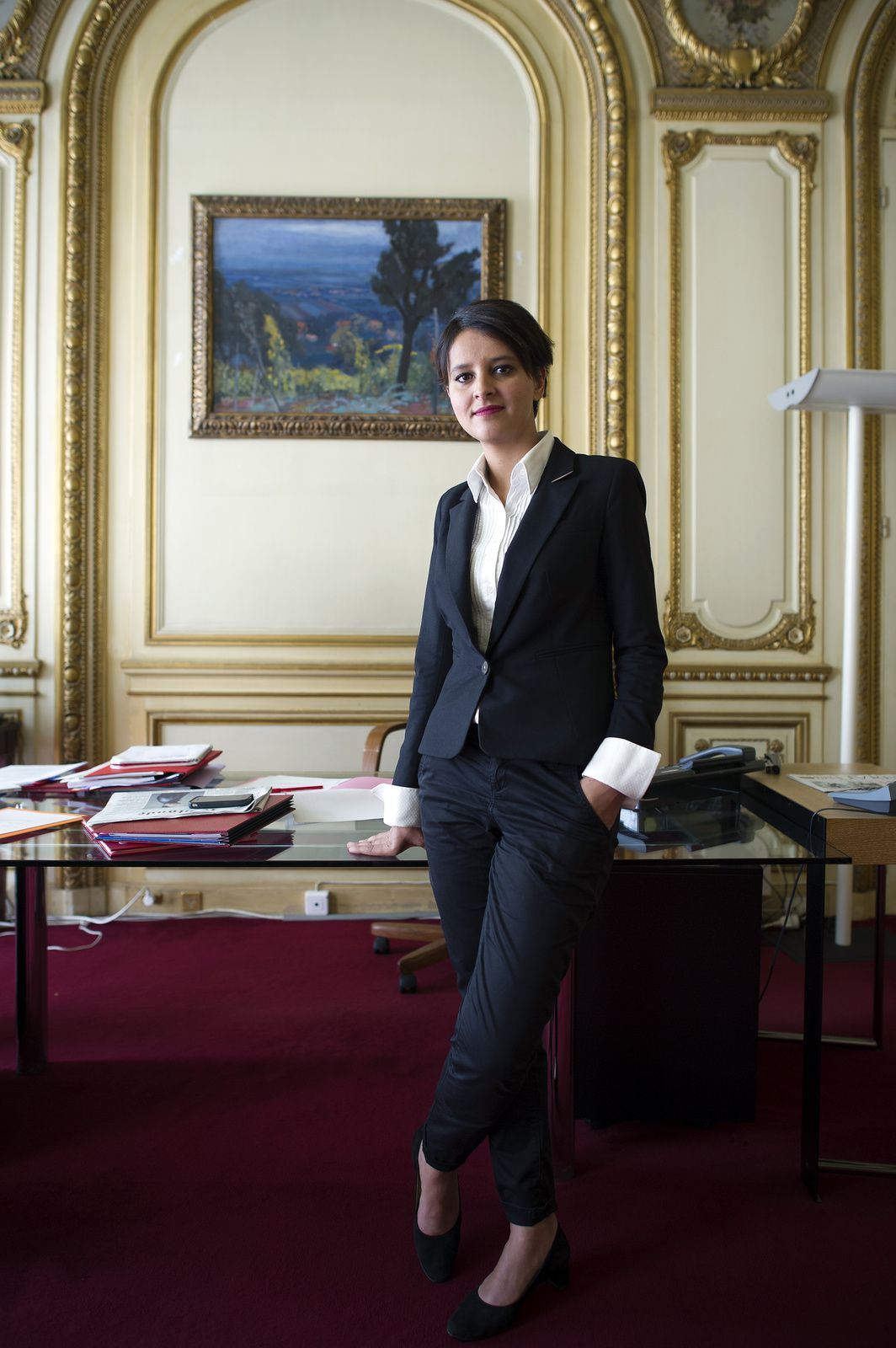 Najat Vallaud-Belkacem NVB sexy élections jupe robe upskirt présidentielles candidate député jambes belle pieds collants talons valls éducation naionale