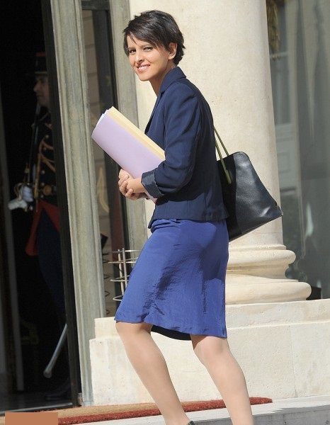 Najat Vallaud-Belkacem NVB sexy belle jambes jupe robe pieds feet legs jambes talons sourire réunion shoes sarkozy