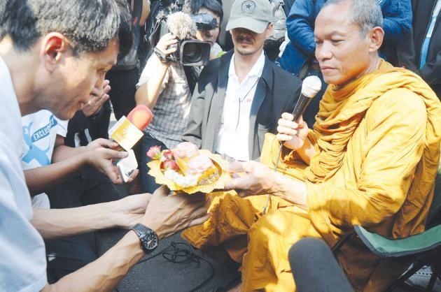 Bouddha Issara a supprimé un post de sa page Facebook à propos de ses alliés de la cour