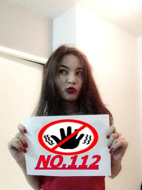 Photo: une Thaïlandaise revendique son opposition à la loi de lèse-majesté