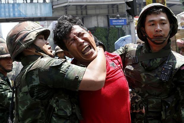 Interpelation d'un manifestant pro-démocratie par les militaires