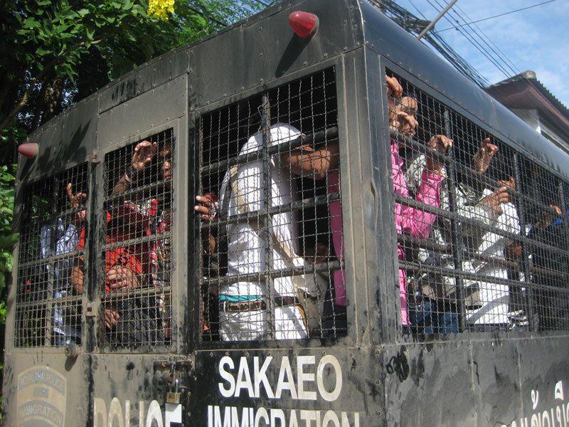 Des migrants cambodgiens entassés dans un camion-cage de la police thaïlandaise