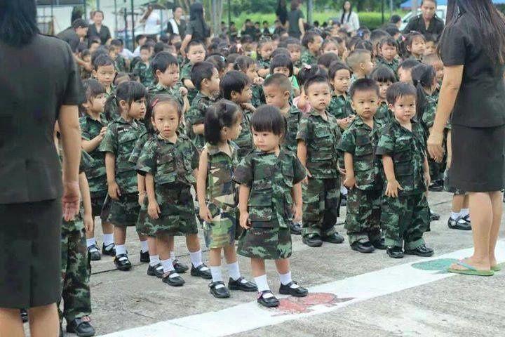 Les écoliers du nouveau régime thaïlandais