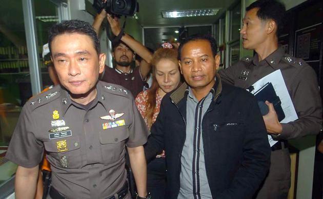 Prasit Chaisisa embarqué par des policiers