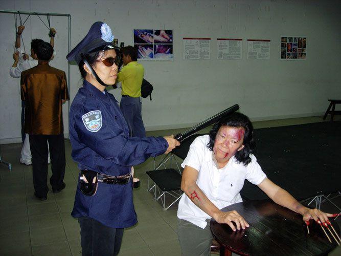 Simulation vivante des méthodes de torture lors d'une exposition