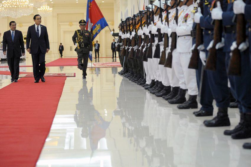 Prayuth en visite à Phnom Penh (on peut noter que l'arrogant général thaïlandais prend toute la place sur le tapis rouge et repousse le premier ministre cambodgien Hun Sen sur le bord)