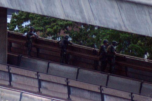 Mai 2010, des militaires stationnés sur la ligne de métro aérien tirent sur le Wat Patum