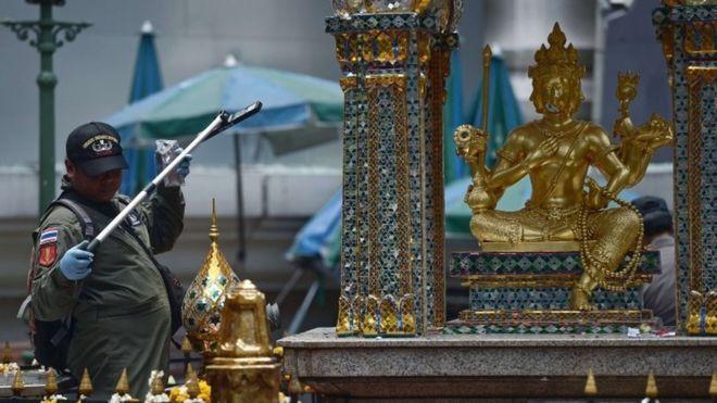 Le sanctuaire d'Erawan est populaire parmi les touristes mais aussi parmi la population locale