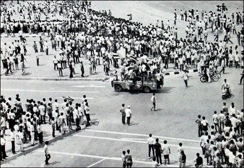 43ème anniversaire de la Révolution thaïlandaise de 1973&#x3B; un article de la BBC daté du 14 octobre 1973