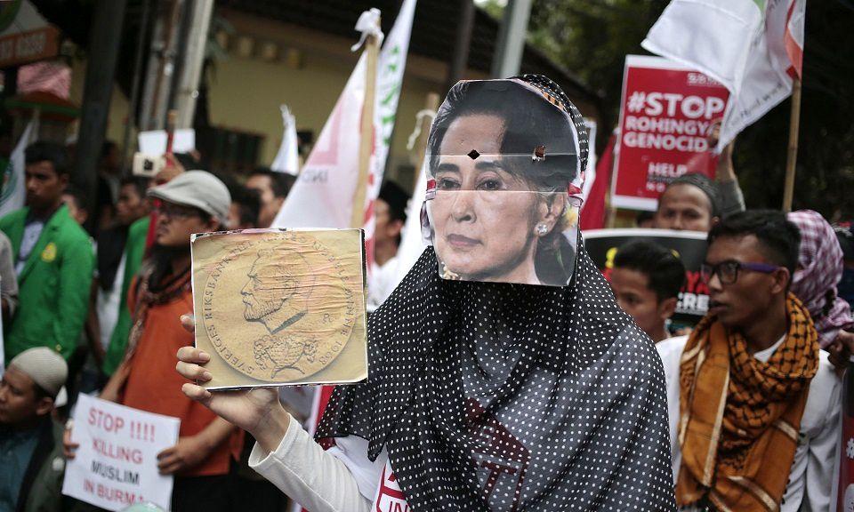 Une femme musulmane porte un masque d'Aung San Suu Kyi lors d'une manifestation de soutien aux Rohingyas