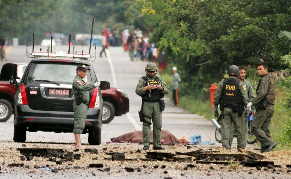 Des démineurs thaïlandais inspectent le site d'une voiture piégée dans la province de Narathiwat