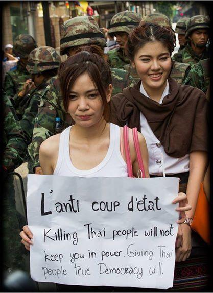 Opposantes thaïlandaises lors d'une manifestation anti-putsch à Bangkok le 25 mai 2014