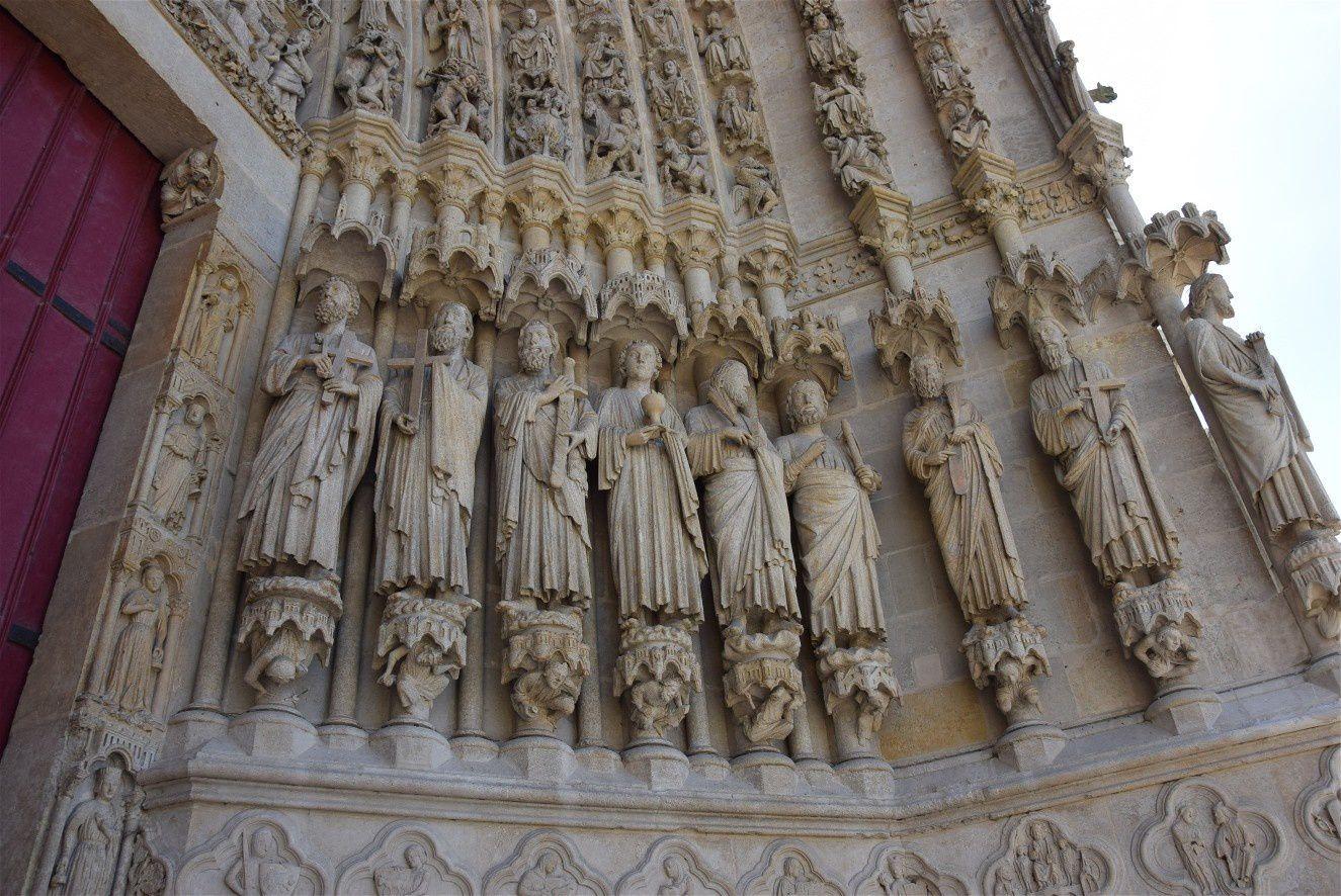 Les Apôtres au Portail Central, en bas-relief à gauche : les métiers