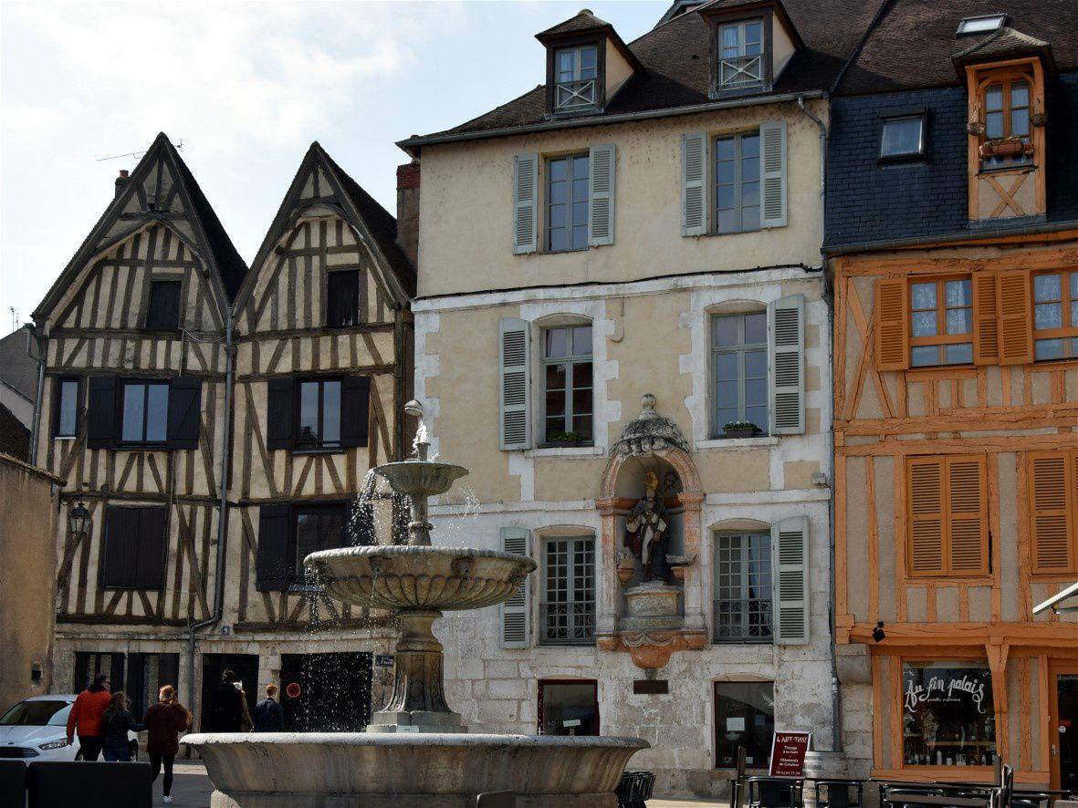 Nicole , St Nicolas et les vieilles maisons
