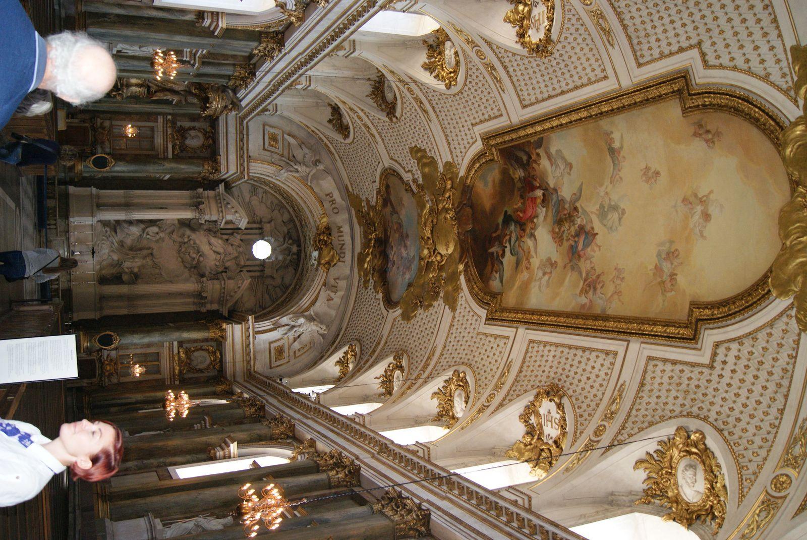 Le palais royal et le plafond de la chapelle royale