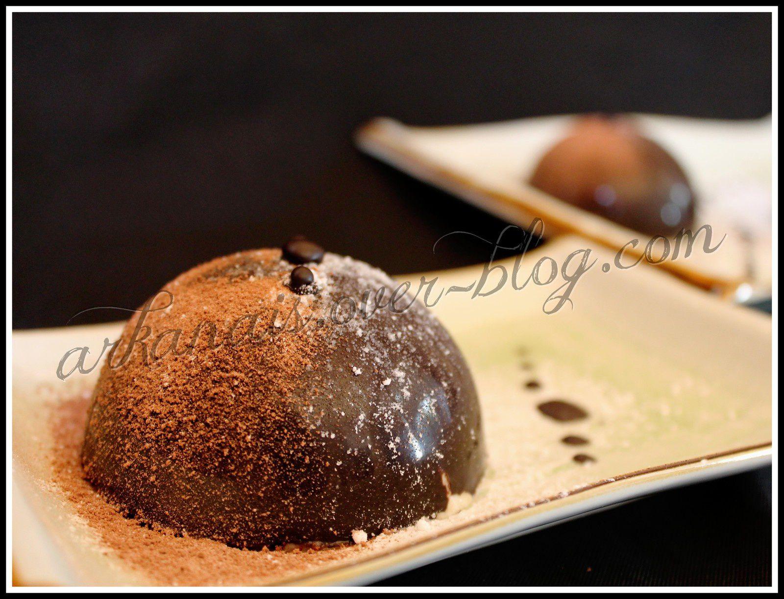 Mousse Poire sous Coque de Chocolat Noir