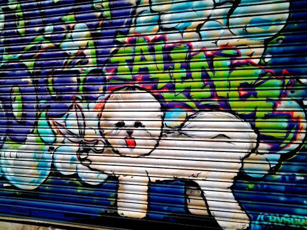 des personnages de cartoons,  et un très beau manege sur le mur d une crèche à Villenave quartier Luchey