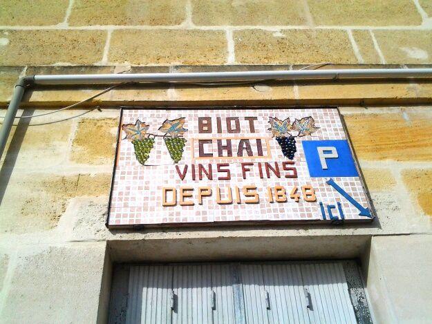 sur le mur de la salle Bellegrave, et de jolies grappes de raisin en billes de verre à Pessac centre