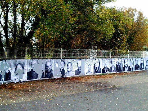 Photos issues du projet participatif avec les lycées Daguin et Eiffel, et l artiste JR, qui travaille le noir et blanc et l affiche dans l espace public.