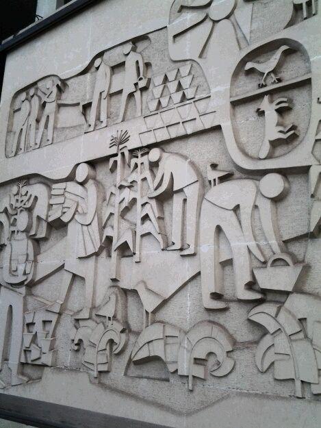 Très belle fresque sur les murs d un immeuble , les hommes, le monde du travail, la vie.