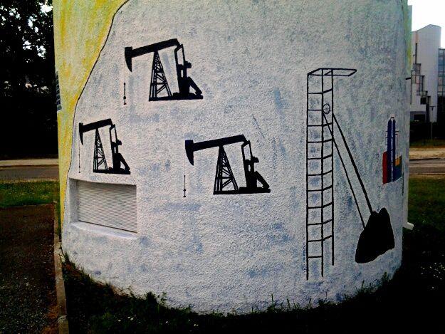 Sur le mur d une maison abandonnée proche clinique du sport et les oeuvres d Electrik Art à chemin long Merignac