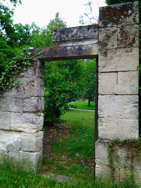 Ce parc se situe derrière la mairie, il a beaucoup de charme, un beau patrimoine avec cette belle batisse en pierre du XIXe,  de beaux arbres  et très jolies fleurs.