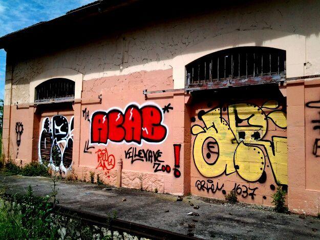 Sur les murs de la gare de Villenave, ou sur les murs d un groupe scolaire, l art de la rue, portraits ou graffitis découverts au cours d une randonnée urbaine de 2 heures .