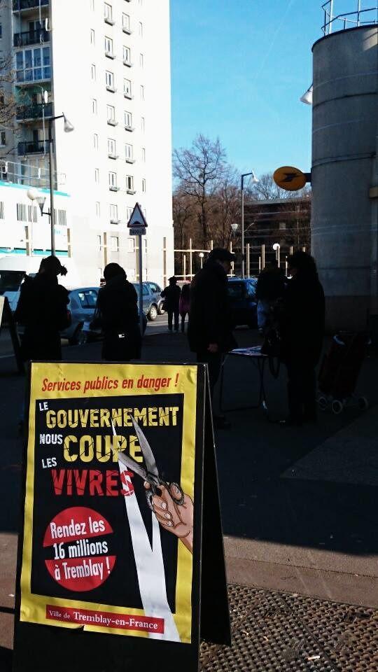 Signature de la carte pétition contre la baisse des dotations de l'Etat à Tremblay en France