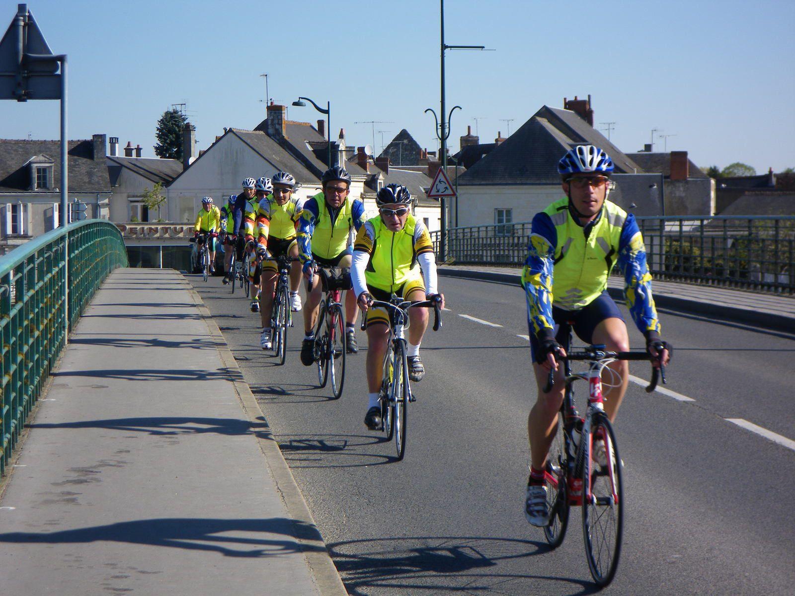 L'île Bouchard, passage de la Vienne avec le petit groupe des Gars de Somloire et des Rosiers-s/Loire... J'étais parti devant à la suite d'une descente rapide...