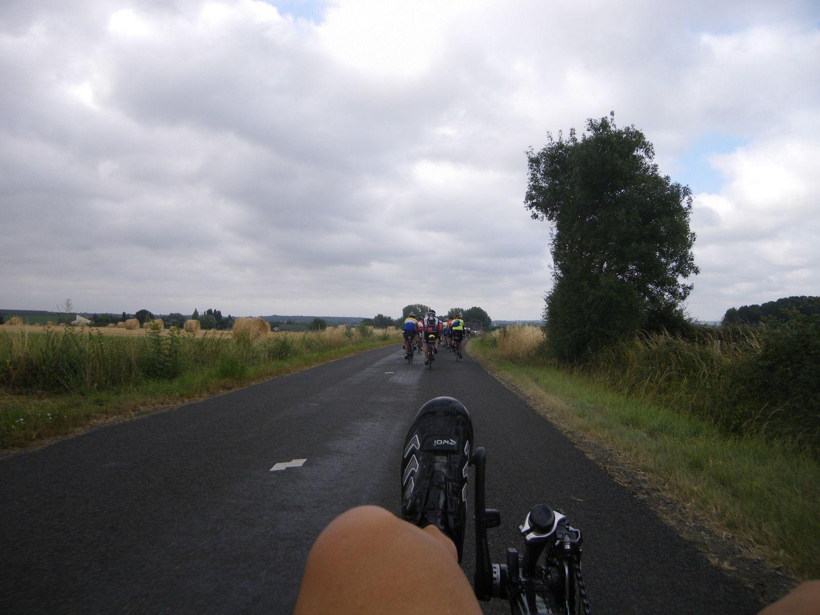 En sortie d'Angers, je reste paisiblement derrière le groupe : le soleil reste très timide derrière les nuages.